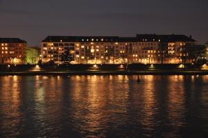 Frente do albergue na noite